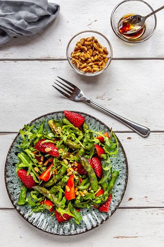 Pine Nut「Salad of green asparagus, rocket, strawberries and pine nuts」:スマホ壁紙(9)