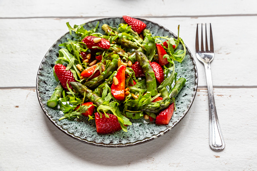 Pine Nut「Salad of green asparagus, rocket, strawberries and pine nuts」:スマホ壁紙(6)
