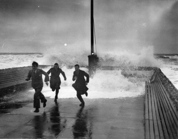 Teenager「Three young people flee from the water, which is washed over the jetty walls by a storm, Brighton, England, Photograph, 10,1,1932」:写真・画像(10)[壁紙.com]