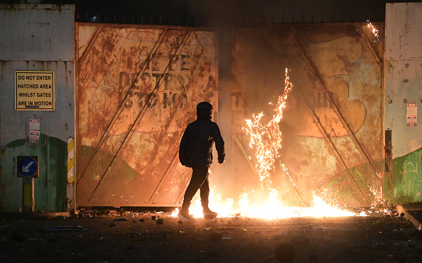 Northern Ireland「Loyalist Protest Turns Violent At Belfast Peace Line」:写真・画像(9)[壁紙.com]