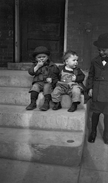 可愛らしい「Boys Sitting On Step」:写真・画像(17)[壁紙.com]