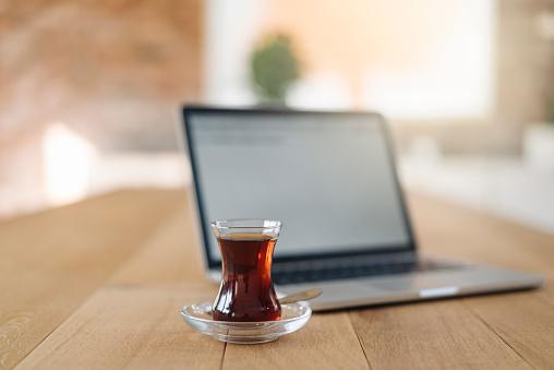 Cay「Turkish tea and laptop on table」:スマホ壁紙(9)