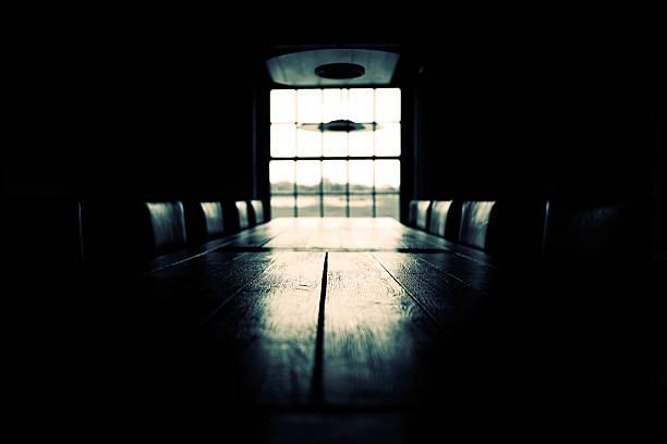 Low key empty boardroom scene; black and white:スマホ壁紙(壁紙.com)