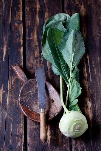 Kohlrabi「Kohlrabi, wooden shovel and knife on dark wood」:スマホ壁紙(13)