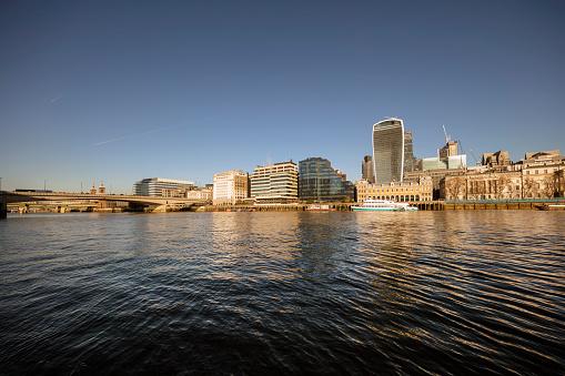 London Bridge - England「River Thames and City buildings in sunshine」:スマホ壁紙(4)