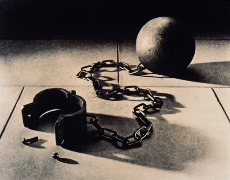 Carefree「Ball and chain attached to open manacle (B&W)」:スマホ壁紙(10)