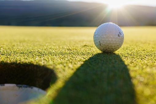 ゴルフ「Low angle view of golf ball near cup」:スマホ壁紙(13)
