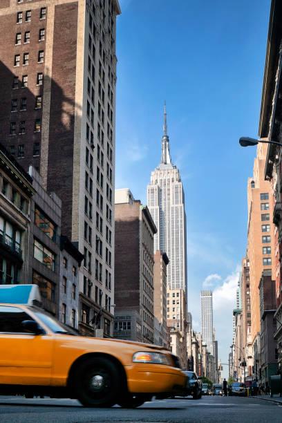 Low angle view of a yellow cab on 5th Avenue, Manhattan, New York, America, USA:スマホ壁紙(壁紙.com)