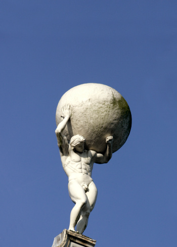 Shoulder「Low angle view of statue of man carrying globe」:スマホ壁紙(13)