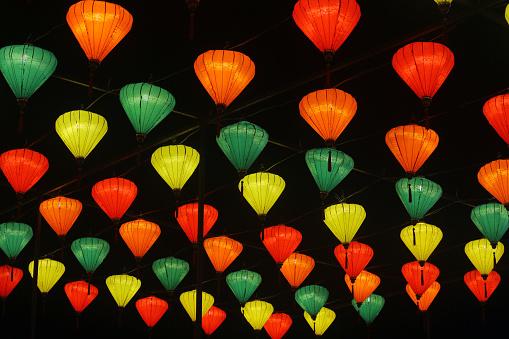 カラフル「Low angle view of illuminated Chinese lanterns hanging in a tree」:スマホ壁紙(2)