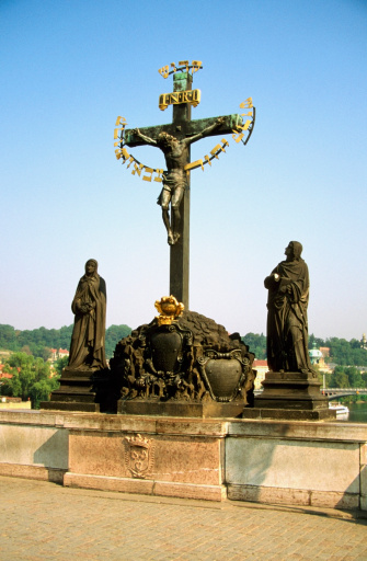 St Vitus's Cathedral「Low angle view of a cross and statues, St. Vitus Cathedral, Charles Bridge, Prague, Czech Republic」:スマホ壁紙(3)