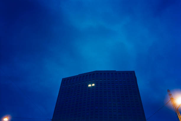 Low Angle View Of Office Building At Night With Two Illuminated Windows:スマホ壁紙(壁紙.com)