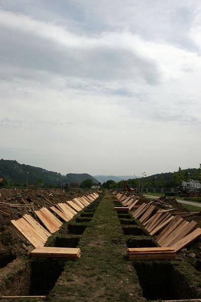 Marco Di Lauro「Srebrenica Prepares For A Massive Funeral To Commemorate The 10th Anniversary Of The Massacre」:写真・画像(19)[壁紙.com]