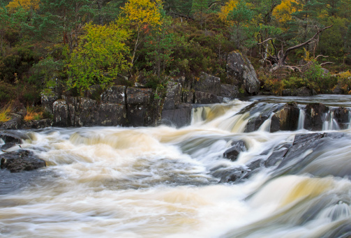アフリック川「Affric River in autumn, Scottish Highlands」:スマホ壁紙(1)