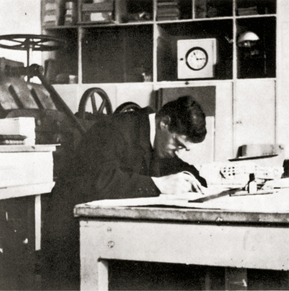 Wiener Werkstaette Style「Carl Otto Czeschka working in the bookbinder-workshop of the Wiener Werkstaette. Photograh. 1906.」:写真・画像(2)[壁紙.com]