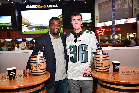 """Philadelphia Eagles「OAKHEART Genuine Spiced Rum and Legendary Former American Football Running Back Brian Westbrook Take Over XFINITY Live! To Launch the """"Oakth"""" Challenge」:写真・画像(17)[壁紙.com]"""