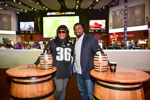 """Philadelphia Eagles「OAKHEART Genuine Spiced Rum and Legendary Former American Football Running Back Brian Westbrook Take Over XFINITY Live! To Launch the """"Oakth"""" Challenge」:写真・画像(16)[壁紙.com]"""