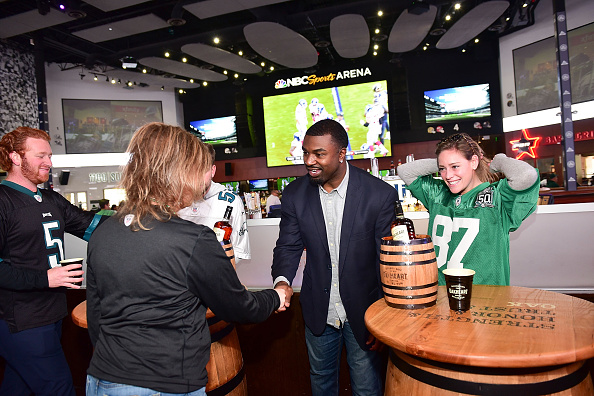"""Philadelphia Eagles「OAKHEART Genuine Spiced Rum and Legendary Former American Football Running Back Brian Westbrook Take Over XFINITY Live! To Launch the """"Oakth"""" Challenge」:写真・画像(4)[壁紙.com]"""