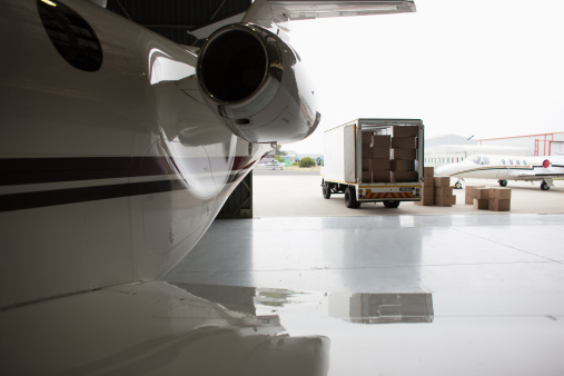 Focus On Background「Airplane and truck being loaded with boxes」:スマホ壁紙(2)