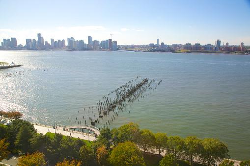 Hudson River Park「Pylons of pier and serene Hudson River, New York」:スマホ壁紙(18)
