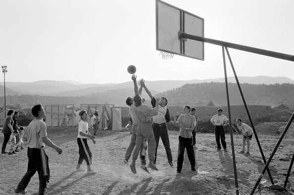 16-17 Years「Macedonia, refugees playing basketball in camp (B&W)」:写真・画像(3)[壁紙.com]