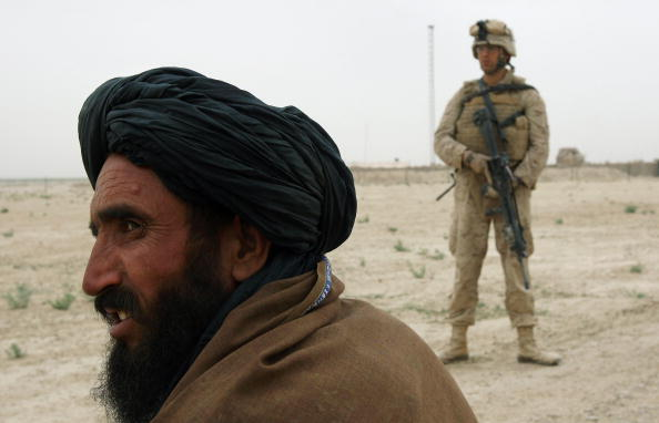"John Moore「U.S. Marines Hold A Traditional ""Shura"" With Opium Farmers」:写真・画像(4)[壁紙.com]"