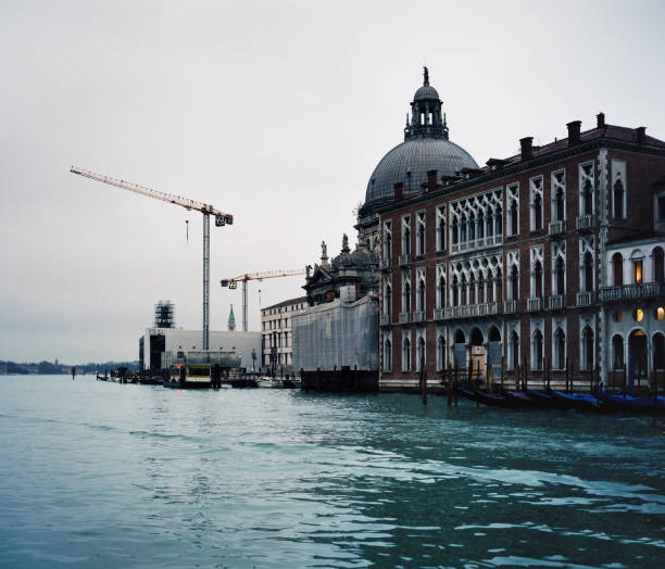 Grand Canal, Venice, Italy, construction on the Santa Maria della Salute with tower crane:ニュース(壁紙.com)