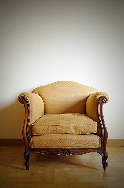 Vintage Yellow Armchair.Copy Space:スマホ壁紙(壁紙.com)