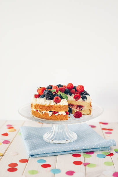 Berry cake with colourful confetti:スマホ壁紙(壁紙.com)