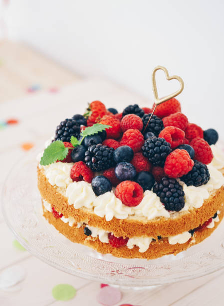 Berry cake with heart shaped sparkler and confetti:スマホ壁紙(壁紙.com)