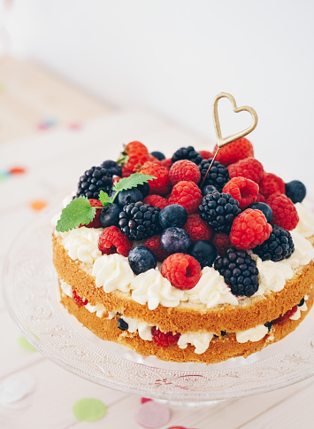 Raspberry「Berry cake with heart shaped sparkler and confetti」:スマホ壁紙(19)