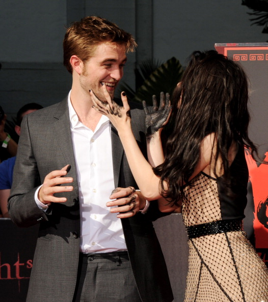 ロバート・パティンソン「Kristen Stewart, Robert Pattinson & Taylor Lautner Immortalized With Hand And Footprint Ceremony At Grauman's Chinese Theatre」:写真・画像(13)[壁紙.com]