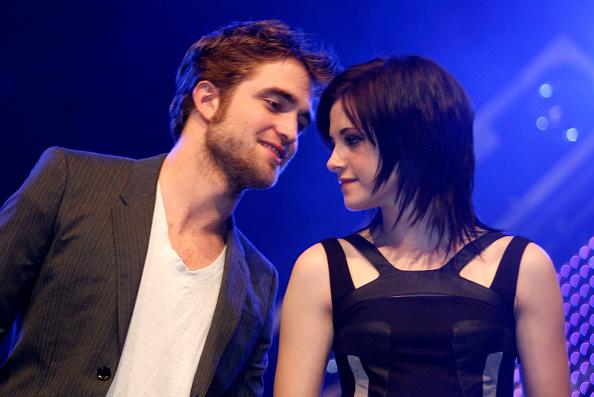 Robert Pattinson「Robert Pattinson, Kristen Stewart and Taylor Lautner Meet Young Fans」:写真・画像(19)[壁紙.com]