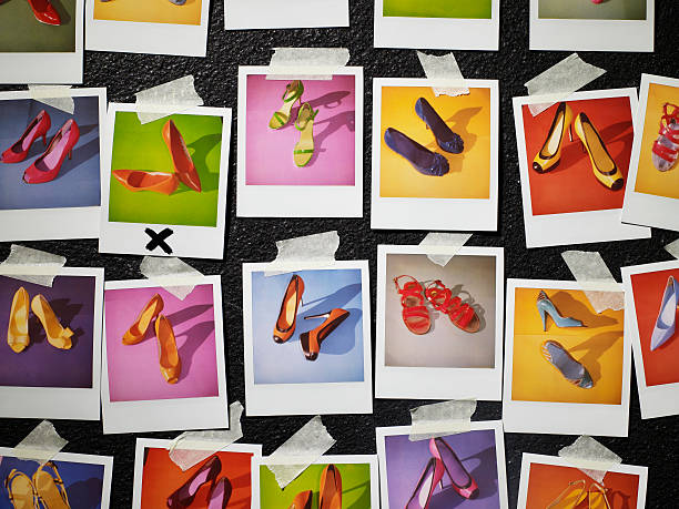 Polaroids of shoes taped to wall:スマホ壁紙(壁紙.com)