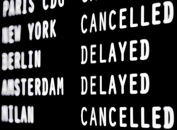 Cancelled and delayed flights on a airport screen:スマホ壁紙(壁紙.com)