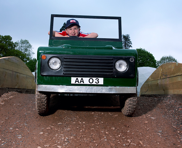 Environmental Conservation「Children driving a toy Land Rover」:写真・画像(4)[壁紙.com]