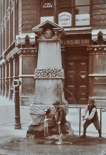 Boys「Children Drawing Water From The Aldgate Pump, London, August 1908」:写真・画像(10)[壁紙.com]