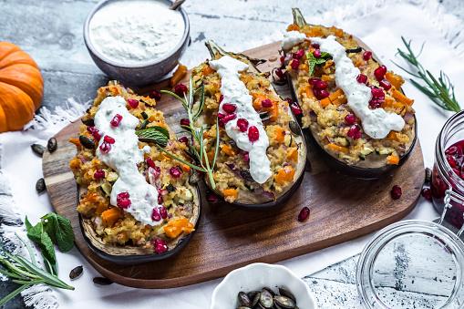 Tzatziki「Filled aubergine, bulgur, pumpkin, pomegranate, zucchini, rosmary, tzaziki, mint, vegetables」:スマホ壁紙(9)
