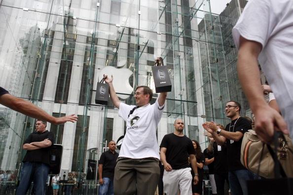 Michael Nagle「Long-Awaited Apple iPhone Goes On Sale Across U.S」:写真・画像(9)[壁紙.com]