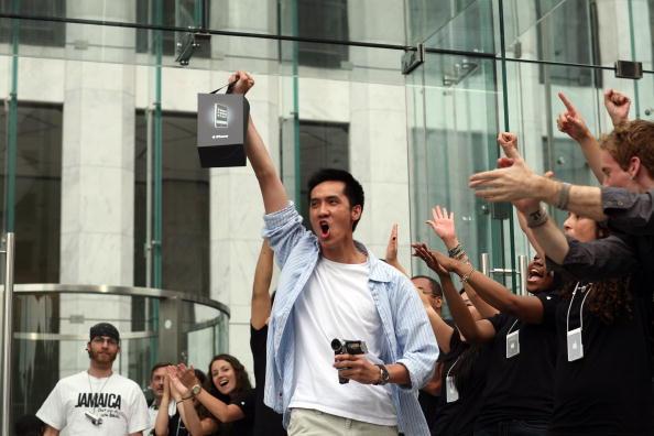 Michael Nagle「Long-Awaited Apple iPhone Goes On Sale Across U.S」:写真・画像(11)[壁紙.com]