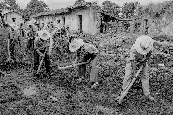 Pick Axe「Villagers rebuilding war ravaged San Lorenzo」:写真・画像(8)[壁紙.com]