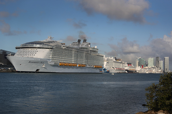 Ship「World's Largest Cruise Ship Drops Off Passengers And Crew In Miami」:写真・画像(12)[壁紙.com]
