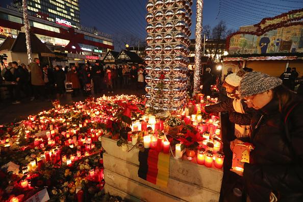 2016 Berlin Christmas Market Attack「Lorry Drives Through Christmas Market In Berlin」:写真・画像(1)[壁紙.com]