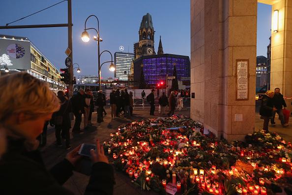 2016 Berlin Christmas Market Attack「Lorry Drives Through Christmas Market In Berlin」:写真・画像(0)[壁紙.com]