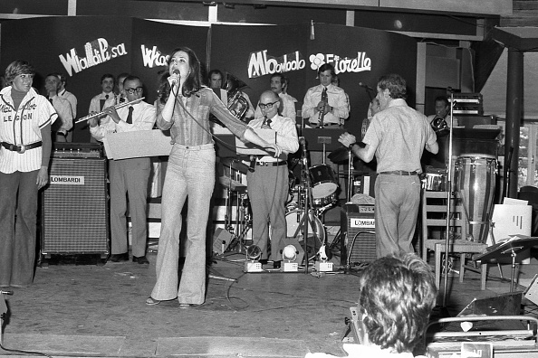 The Talented Mr「Italian singer Gigliola Cinquetti performs at the club 'La Bussola', Viareggio 1975」:写真・画像(11)[壁紙.com]