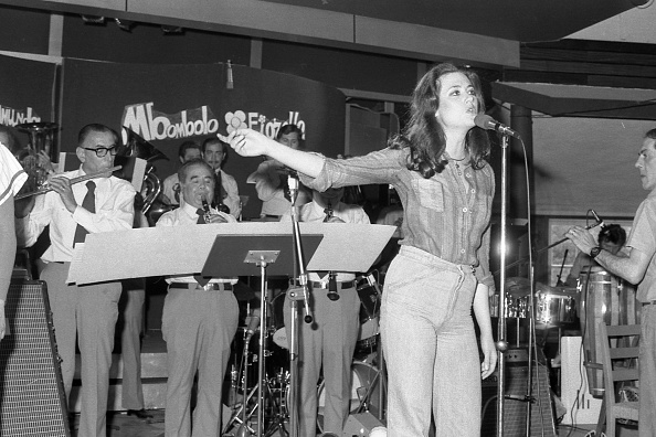 The Talented Mr「Italian singer Gigliola Cinquetti performs at the club 'La Bussola', Viareggio 1975」:写真・画像(15)[壁紙.com]