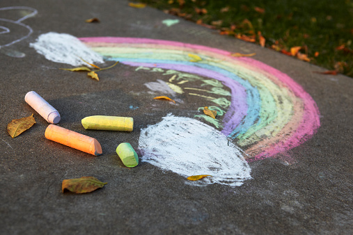 虹「Rainbow drawing, chalk on sidewalk pavement」:スマホ壁紙(0)