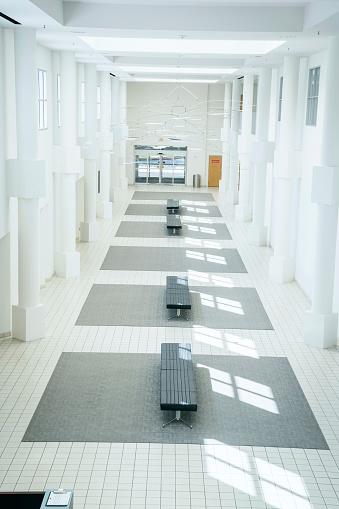Gulf Coast States「Benches in empty lobby」:スマホ壁紙(0)