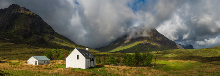 Remote Location「Scotland crofters cottage in dramatic Highland mountain glen panorama」:スマホ壁紙(16)