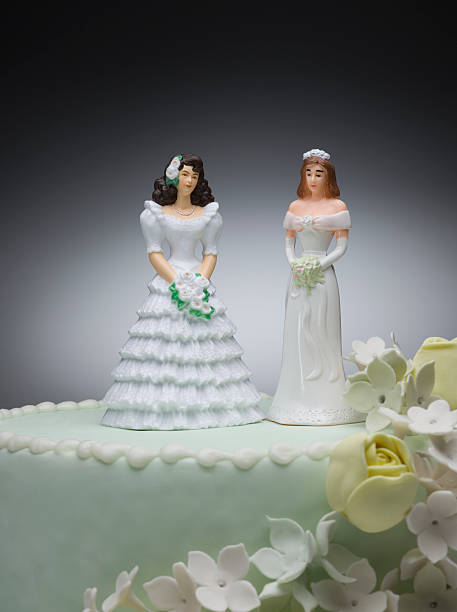 Two bride figurines on top of wedding cake:スマホ壁紙(壁紙.com)